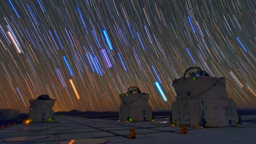 Teleskope und Sternspuren am Paranal-Observatorium, Atacamawüste, Chile