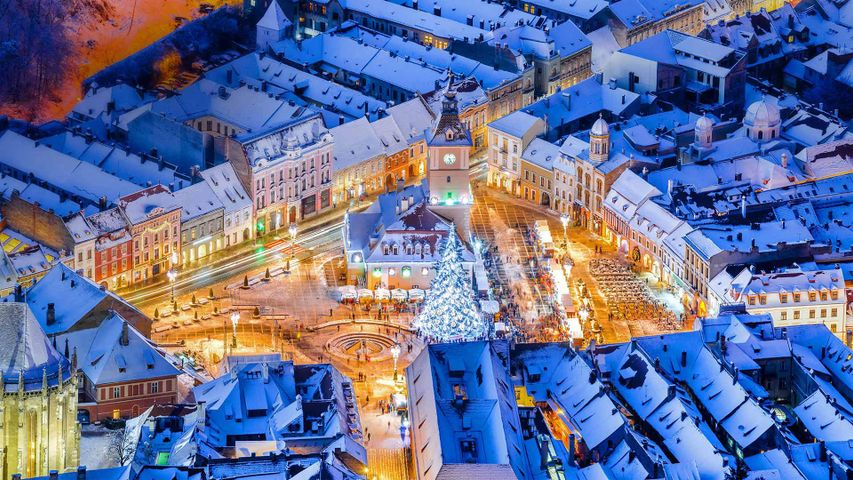 Weihnachtsmarkt auf dem Hauptplatz von Braşov, Rumänien