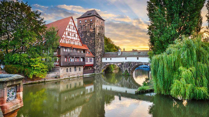 Weinstadel und Wasserturm am Ufer der Pegnitz, Nürnberg, Bayern, Deutschland