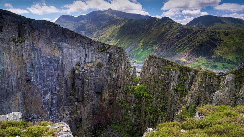 Blick vom Dinorwic-Steinbruch auf den Berg Snowdon und den Llanberis-Pass, Snowdonia-Nationalpark, Wales, Großbritannien