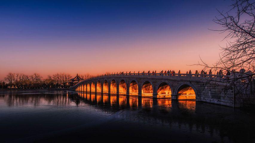 Die Siebzehn-Bogen-Brücke über dem Kunming-See im Pekinger Sommerpalast, China