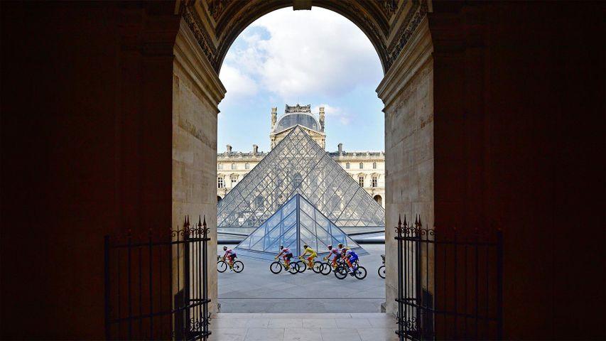Teilnehmer der Tour de France 2020 vor der Glaspyramide im Innenhof des Louvre in Paris, Frankreich